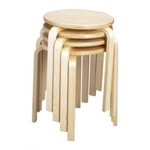 Taburetes apilables de madera