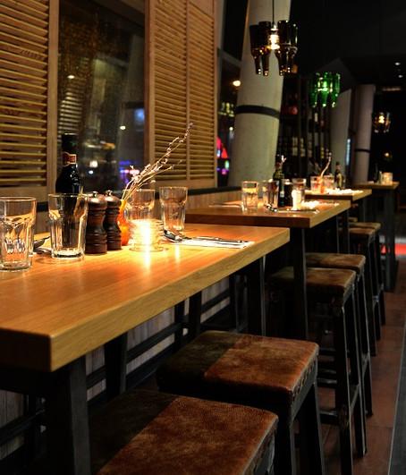 Restaurante con mesas industriales de madera y de acero